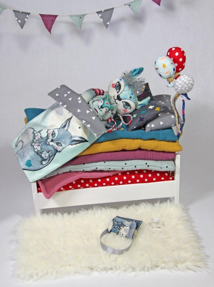 Kit peluche Louve Laëtibricole dans son lit