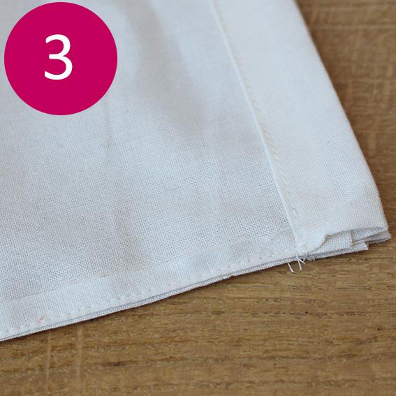 Etape 3 : Positionnez ensuite endroit contre endroit les 2 rectangles de coton. Et cousez par un point droit.